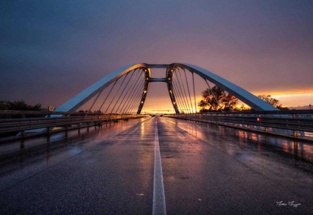 Immagine del Ponte di Villa Potenza con lo sfondo di un suggestivo tramonto. Lo scatto è stato realizzato da Matteo Mazzoni e pubblicato da Cronache Maceratesi.